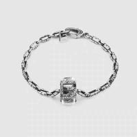 GUCCI YBA550888001    G Cube系列做旧纯银手链,给一个链节和立体G型吊坠都有意大利纯手工的阿拉伯藤蔓图案的镌刻,立体G型吊坠上镶嵌了白水晶,白水晶是水晶石中功能最多的,被誉